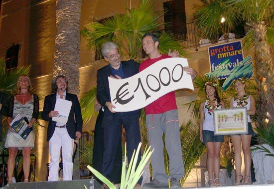 Marco Dondarini, vincitore del Cabaret Amore Mio! 2006, riceve il premio dal Presidente provinciale Massimo Rossi
