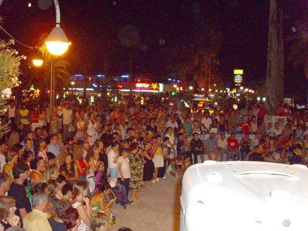 Le molte persone intervenute in Rotonda