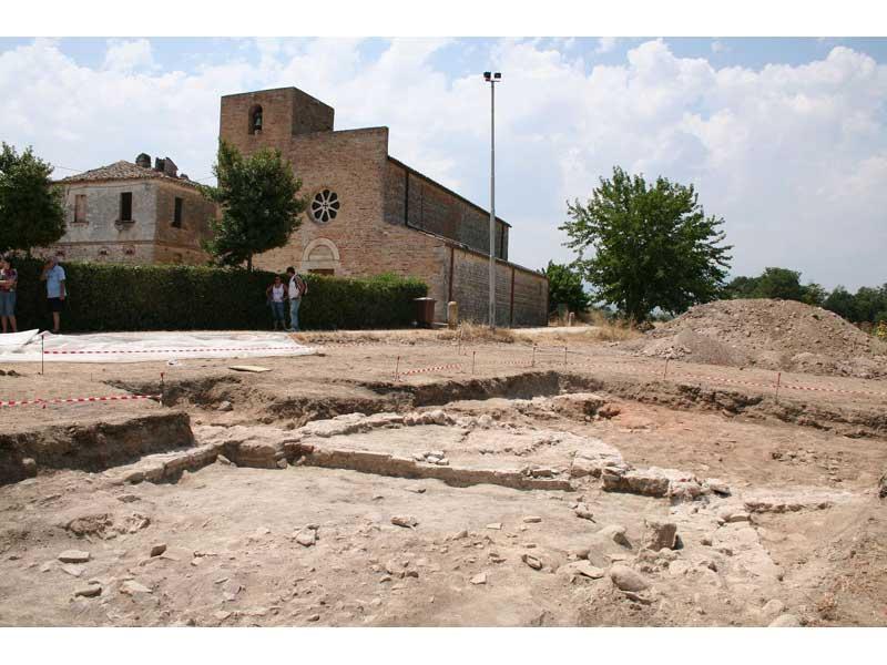 Lo scavo archeologico con sullo sfondo la chiesetta di Santa Maria a Vico a Sant'Omero