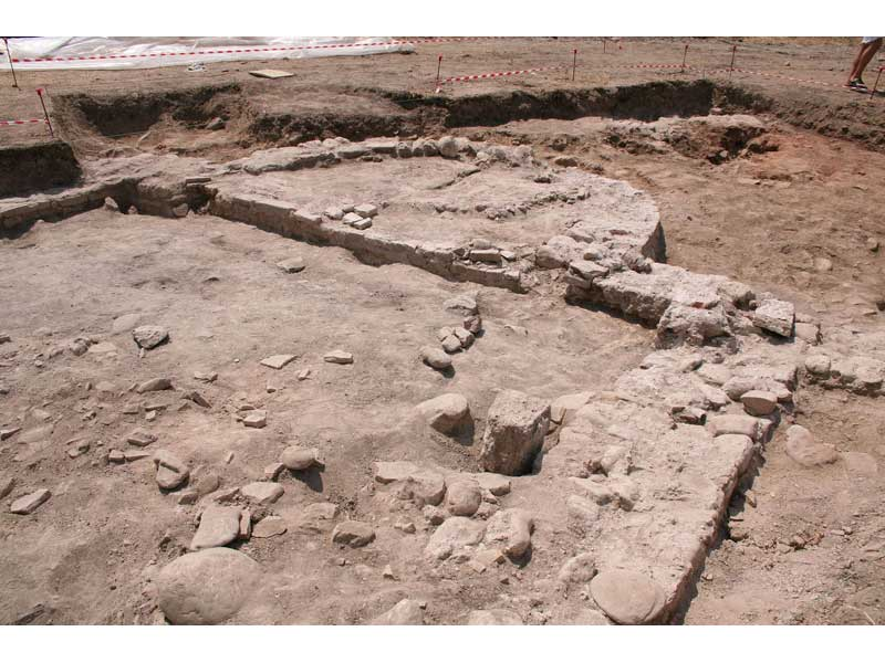 I resti della struttura rinvenuta, probabilmente di carattere religioso data la presenza dell'abside. La datazione risale al periodo dell'Alto Medioevo