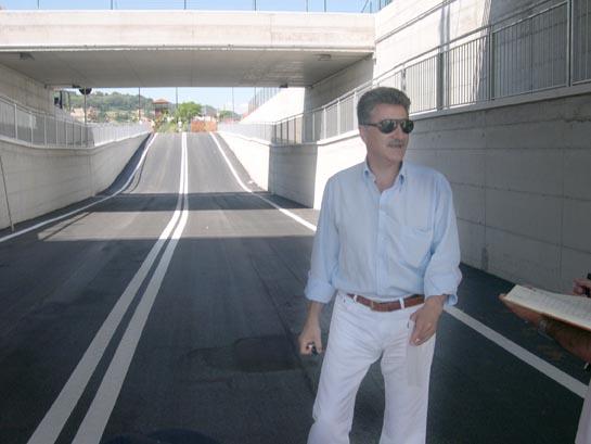 Il Sindaco Luigi Merli sotto al nuovo Sottopasso ferroviario di via Pertini