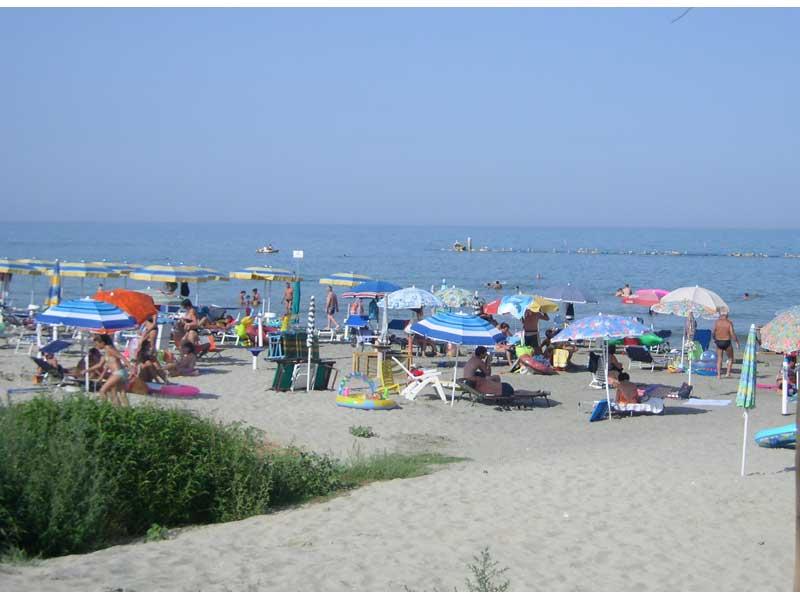 Ombrelloni su un tratto di spiaggia a Martinsicuro