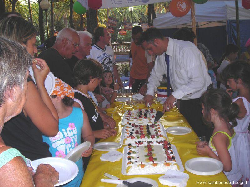 Il taglio della torta a termine dell'apprezzato buffet