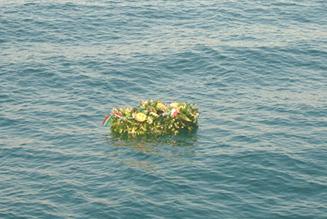 La corona gettata in mare alla memoria dei pescatori caduti