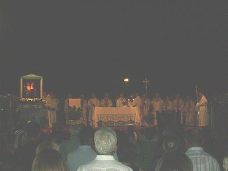Un momento della cerimonia eucaristica sulla banchina del porto