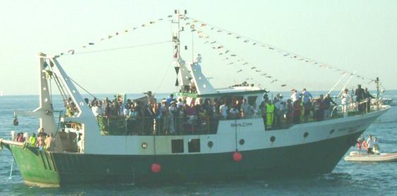 Il motopeschereccio con a bordo il vescovo e le autorità