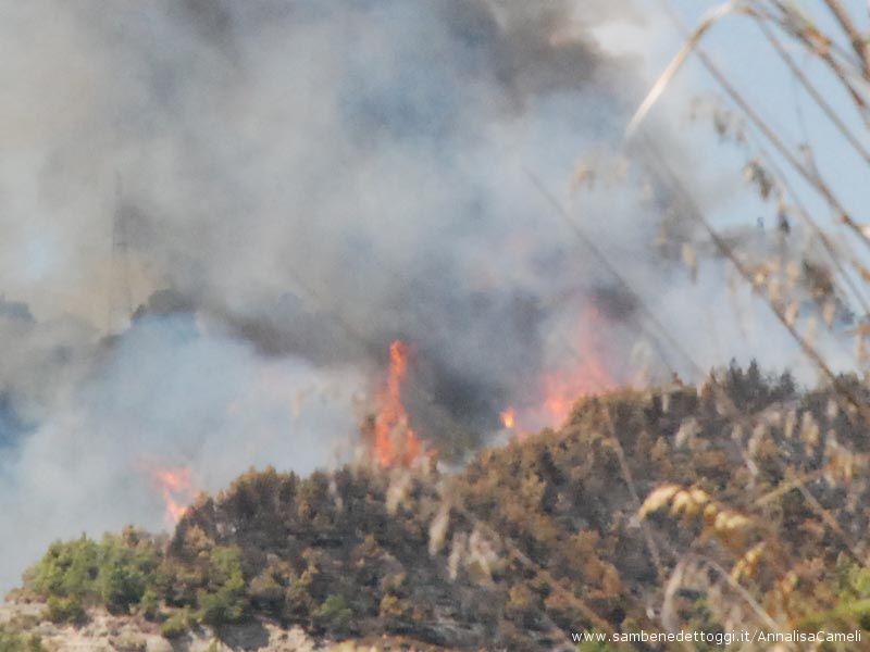 Le alte fiamme dell'incendio di oggi, 19 agosto
