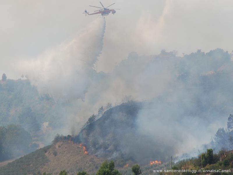 Il Sikorsky SH-64 getta l'acqua sulle fiamme.