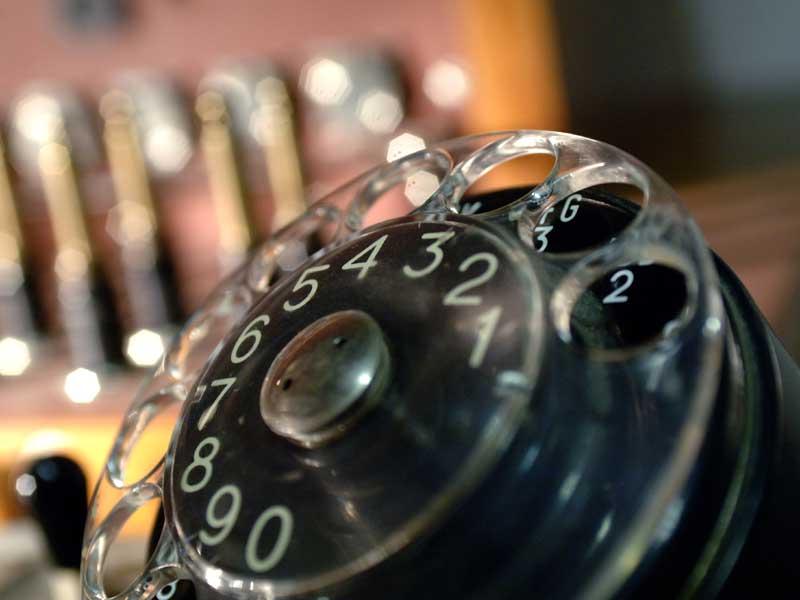 Un vecchio telefono a disco