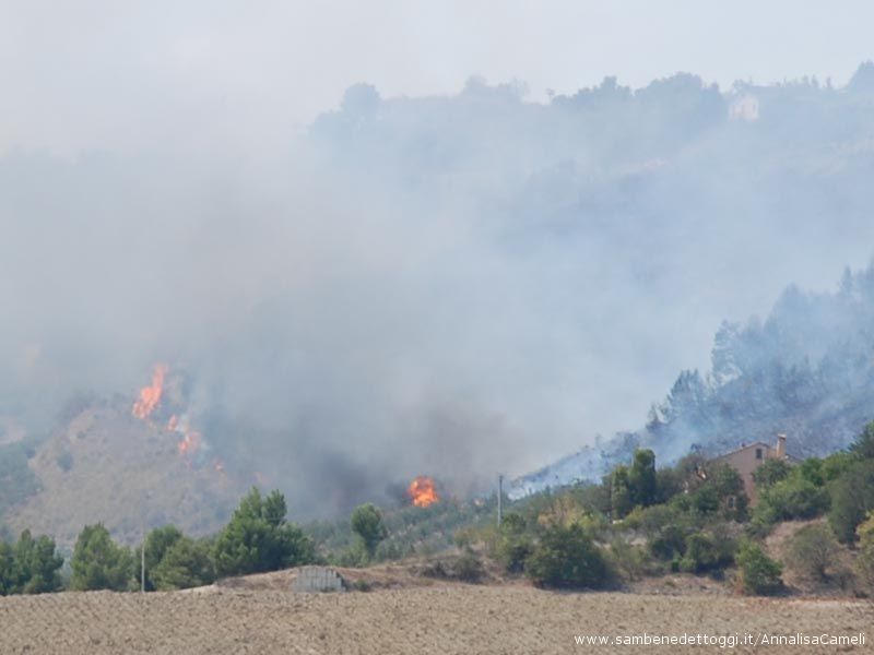 Ore 15, il fuoco arriva alla base della collina, sfiorando la casa (sulla sinistra)