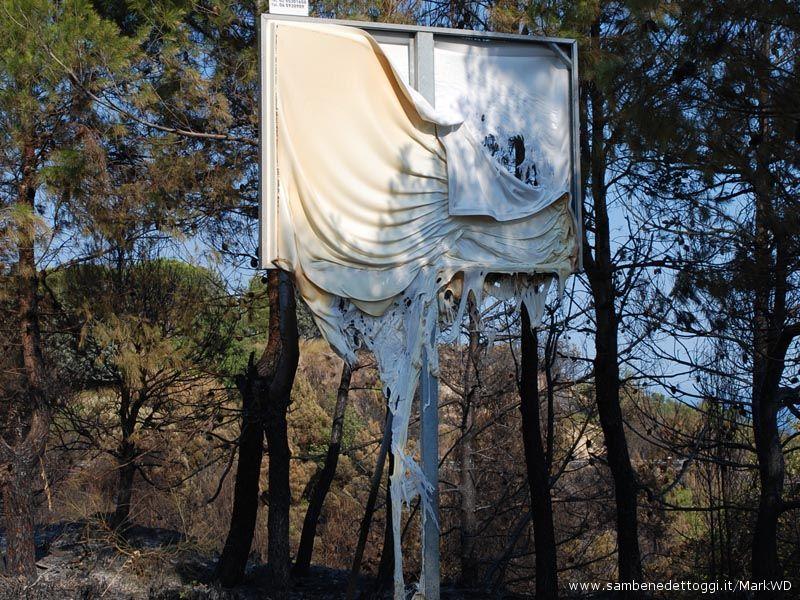Un cartello sciolto dalle fiamme