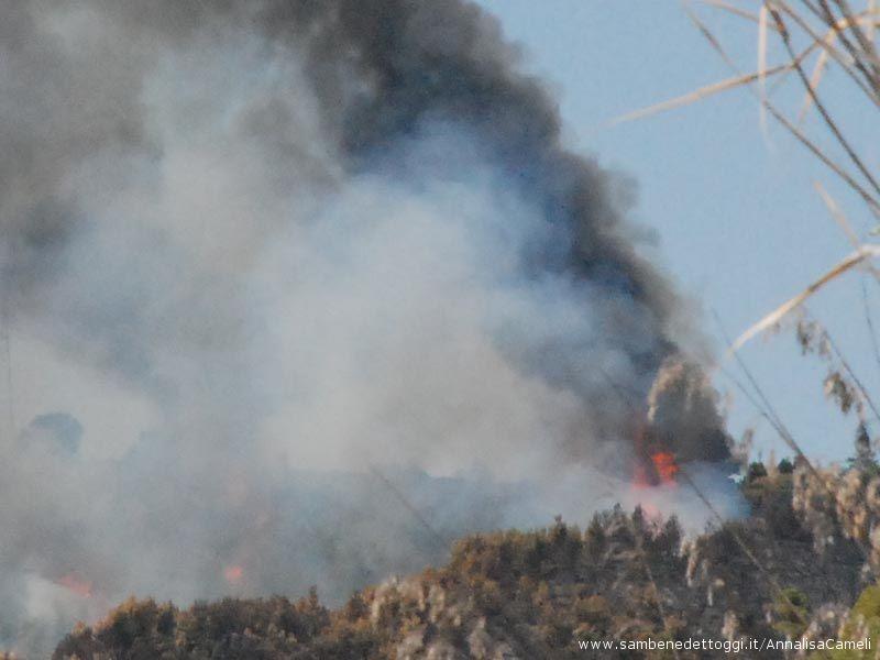 Ampia l'area incendiata sulla collina adiacente a quella bruciata ieri
