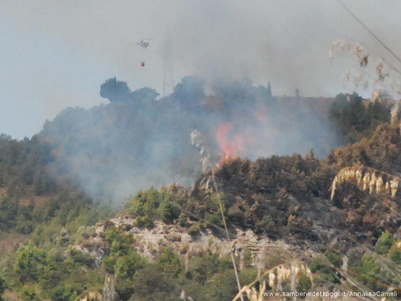 L'elicottero da solo cerca di spegnere le fiamme