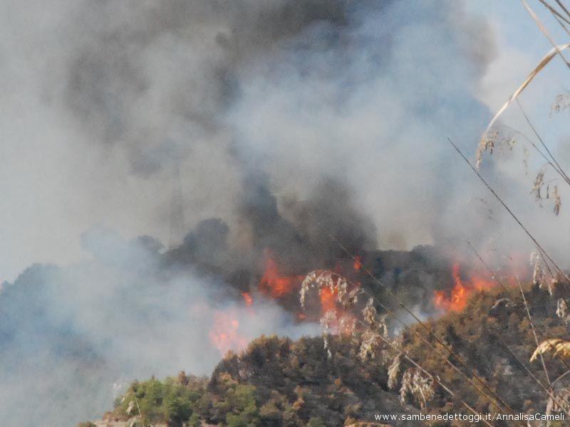 L'elicottero in mezzo al fumo sfiora le fiamme per gettare l'acqua
