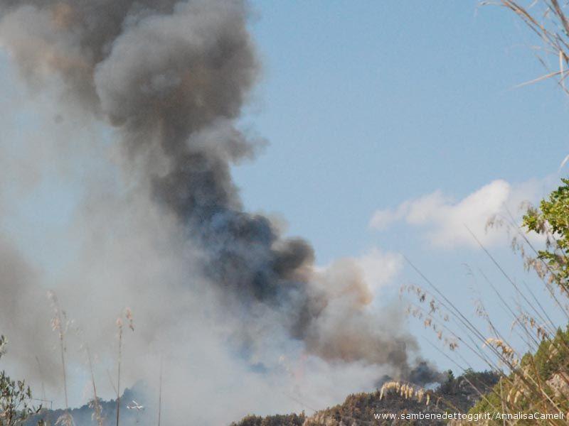 L'alta colonna di fumo bianco e nero, visibile anche a diversi chilometri
