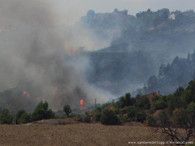 Ore 15: l0'incendio arriva ai piedi della collina