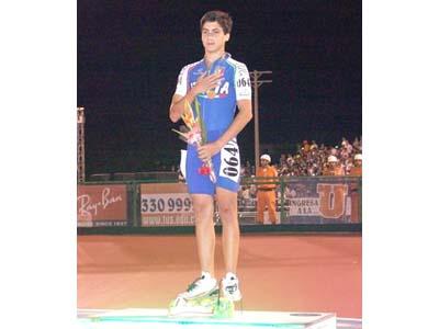 Romolo Bugari festeggia il suo secondo oro ai Mondiali di pattinaggio in Colombia (foto tratta dal sito www.fihp.org)