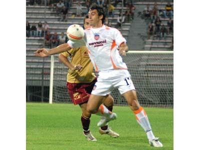 Fabio Alteri in azione nel match contro il Livorno dello scorso 12 agosto (foto tratta dal sito www.acpistoiesecalcio.it)