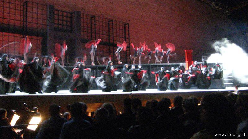 L'ingresso in scena del coro e dei ballerini
