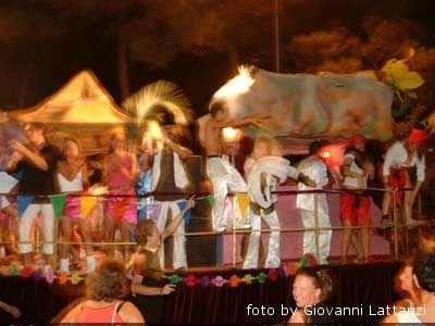 un carro di una passata edizione del Carnevale estivo ad Alba