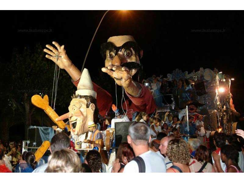 Il carro di una passata edizione del Carnevale estivo ad Alba