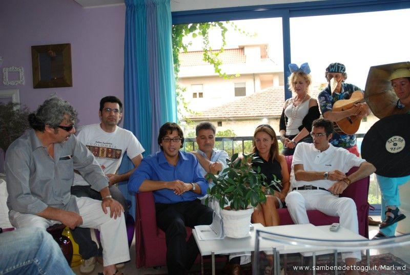 Alcuni ospiti di Cabaret Amoremio! 2007: Savino Cesario, Claudio Fois, Enrico Piergallini, Luigi Merli, Carla Signoris, Pepi Morgia. Dietro la Witz Orchestra