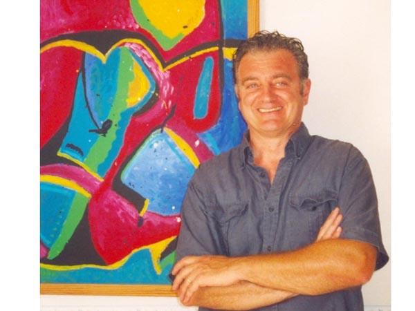Carlo Gentili davanti ad una sua opera