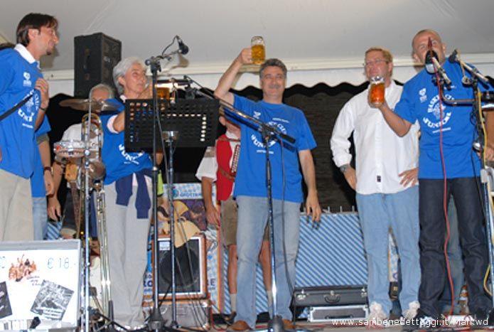 Il Sindaco Luigi Merli, Joseph Wagner de Il tuo corbezzolo e l'Assessore Ugo Lisciani brindano alla Festa del Kaiser