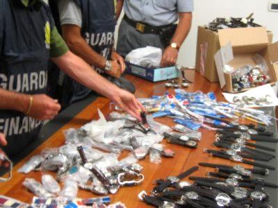 Gli orologi contraffatti sequestrati dalle Fiamme Gialle di San Benedetto a due venditori abusivi cinesi