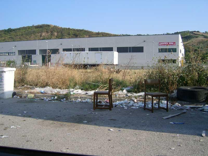 Copertoni, sedie rotte e rifiuti vari abbandonati lungo una strada