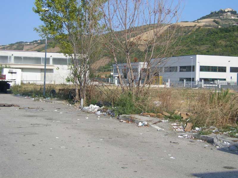 Un marciapiede ricoperto di immondizia