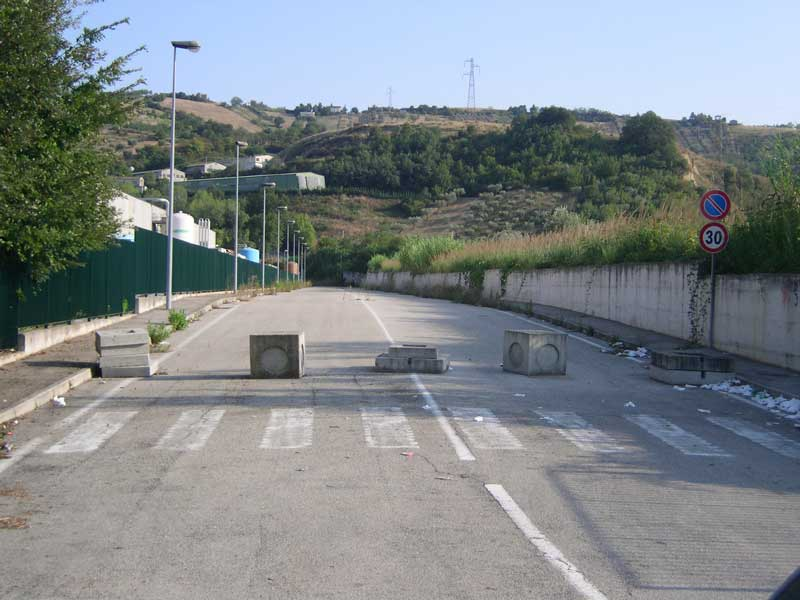 Una strada terminata da anni e ancora chiusa al traffico