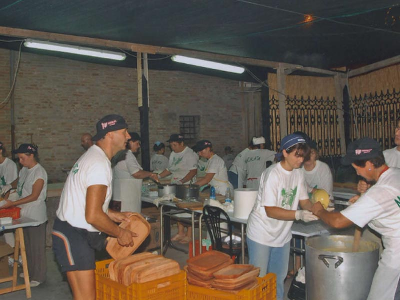 La preparazione della Polenta negli stand della Maialata in piazza