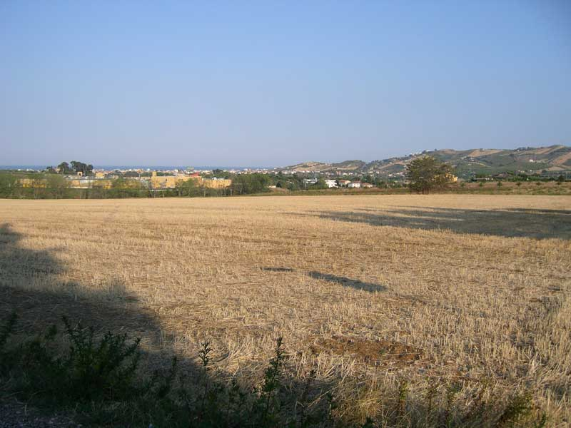 Il terreno sul quale sorgerà il villaggio turistico a Corropoli. Sullo sfondo il centro commerciale Val Vibrata di Colonnella