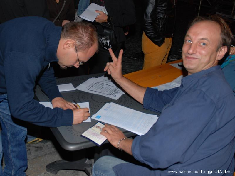8 settembre 2007: ad Ascoli Piceno si è firmato per il V-Day. A destra Tonino Speranza