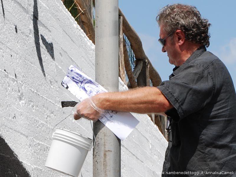 Carlo Gentili ha iniziato questa mattina, 2 settembre, il murale