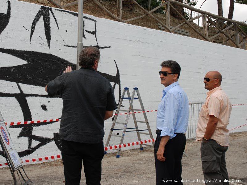 Carlo Gentili, il Sindaco Luigi Merli ed il Vicesindaco Fausto Tedeschi di fronte alla prima parte del murales