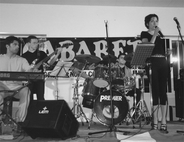 """Colfiorito, aprile 1998 - Ilaria Roscioli e il suo gruppo """"I per nome"""", durante la loro esibizione nella baraccopoli di Colfiorito."""