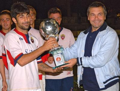 Giovanni Pagliari consegna il trofeo della Marche Cup alla Samb