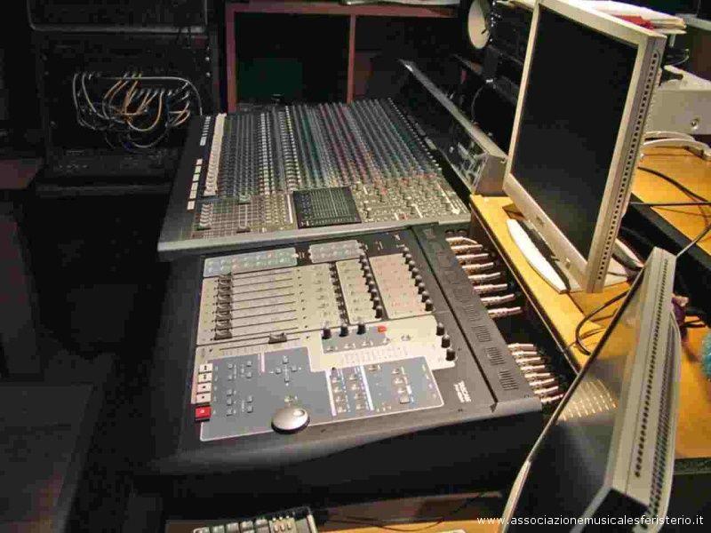 Uno studio di registrazione professionale.