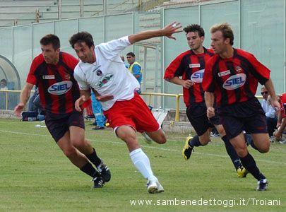 Samb-Taranto 1-0: Alteri prova a farsi largo in mezzo a tre giocatori della squadra jonica