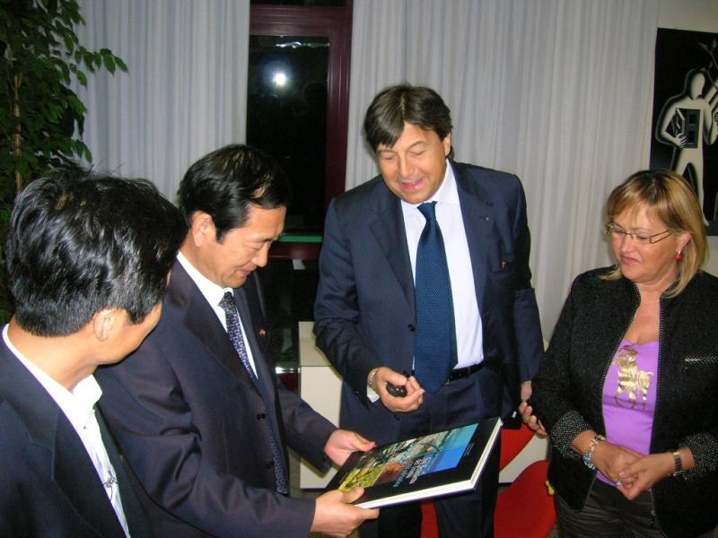 Domenico Mozzoni consegna all'ambasciatore il libro