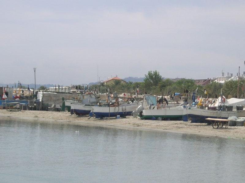 Barche arenate sul porticciolo di Martinsicuro