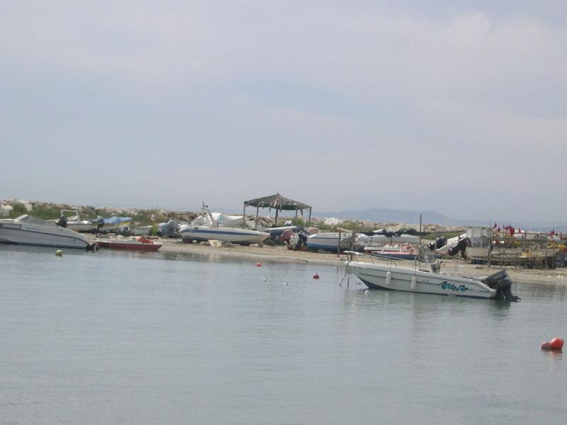 Imbarcazioni da diporto e pescherecci parcheggiati sull'arenile del porto di Martinsicuro