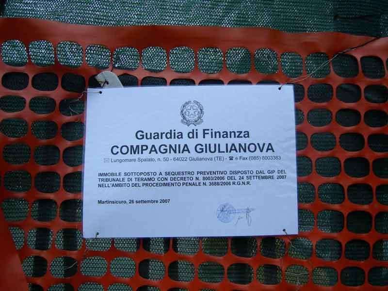 Il sigillo apposto sull'ingresso dalla Guardia di Finanza