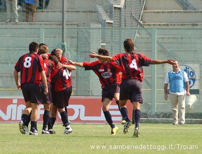 Samb-Taranto 1-0. Dionigi sommerso dall'abbraccio dei compagni di squadra dopo aver segnato il gol che ha deciso la partita