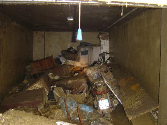 L'interno di uno scantinato dopo l'alluvione: tutto ormai inservibile