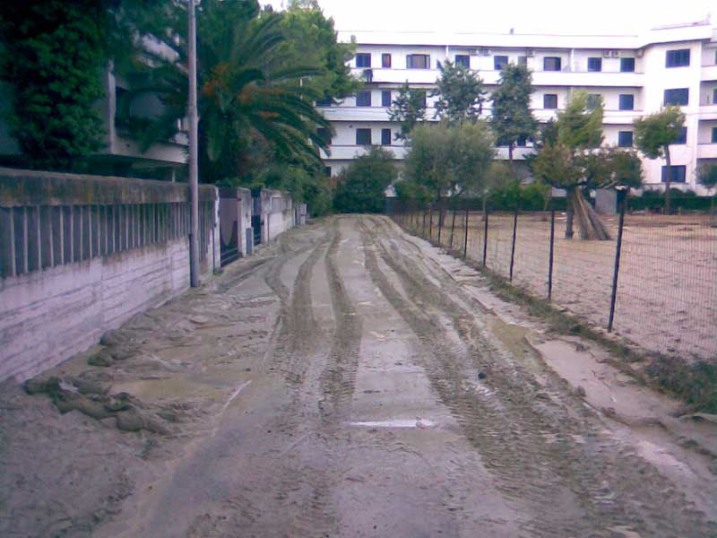 Una strada di Tortoreto non ancora liberata dal fango