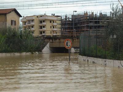 Uno dei sottopassi di Tortoreto, domenica scorsa, completamente coperto dall'acqua
