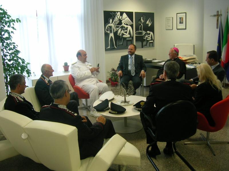 Un momento dell'incontro tra il sindaco Giovanni Gaspari e le autorità militari.